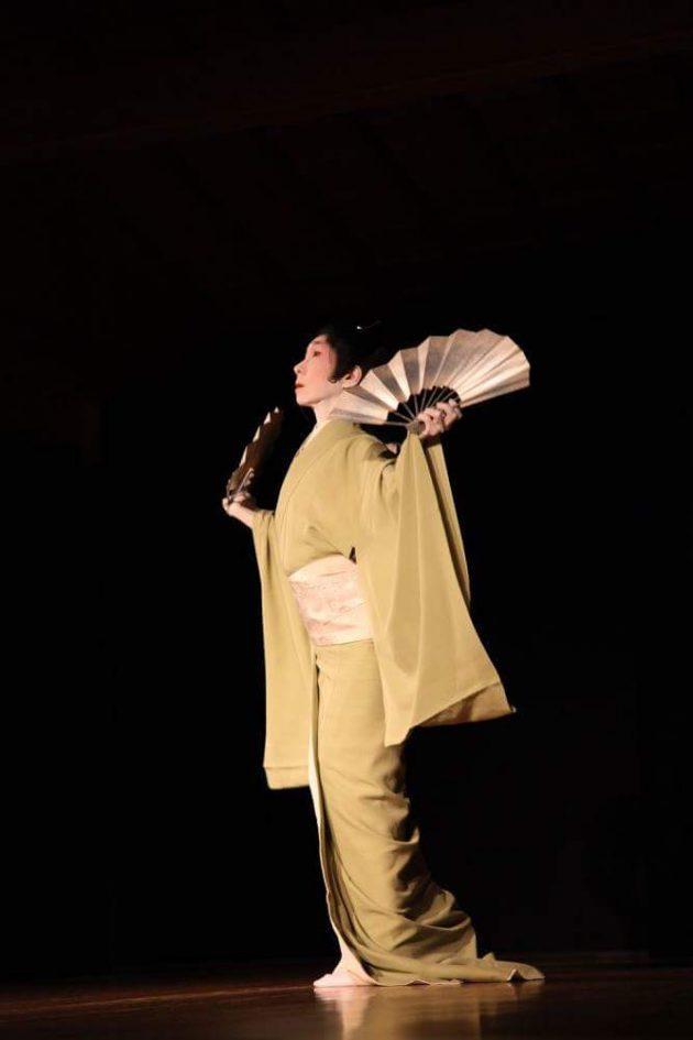 senrei nishikawa performing nihon buyo dance with fans