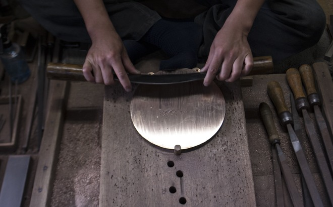 Japan magic mirror maker - polishing