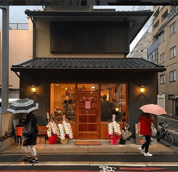 papa-jons-rokkaku-cafe-small-buildings-of-kyoto