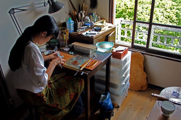 Mio Heki kintsugi repairing ceramics Japan Kyoto at desk